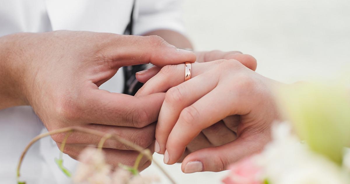 Verlobungsring rechts oder links kosovo