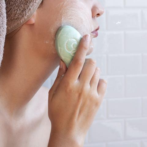 Gesichtsreinigung mit einer grünen Seife