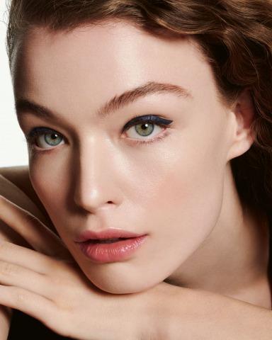 Model trägt Biosthetique Make Up