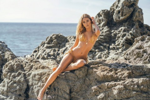 Kimberley Garner entwirft ihre Bikinis selbst | Credit: New Media Images/SplashNews.com