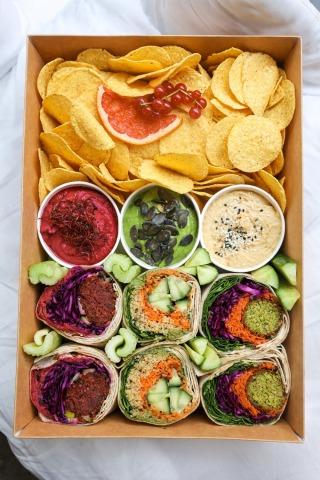 Ein Karton mit Wraps und Chips von oben fotografiert