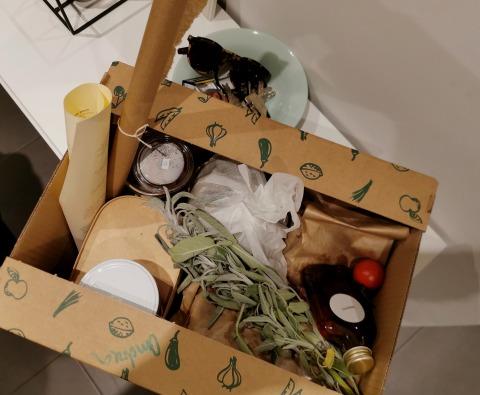 Geöffneter Karton mit Zutaten für ein Abendessen