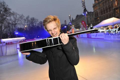Oliver Wimmer mit Gitarre beim Wiener Eistraum
