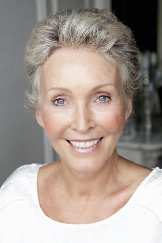 Porträt einer Frau mit kurzen grauen Haaren