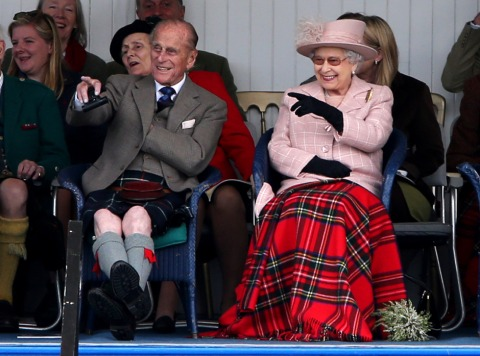 Prinz Philip und Königin Elisabeth II. 2013 in Braemar | Credit: Andrew Milligan/PA/picturedesk.com