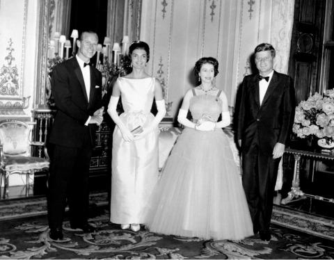 1961 empfangen Königin Elisabeth II. und Prinz Philip John F. Kennedy und dessen Frau Jackie | Credit: PA/picturedesk.com