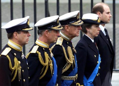 Prinz Philip mit seinen Kindern Andrew, Charles, Anne und Edward | Credit: PA/picturedesk.com