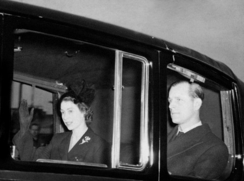 Nach dem Tod ihres Vaters kehren Elisabeth II. und Prinz Philip nach England zurück | Credit: PA/picturedesk.com