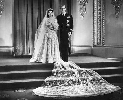 Prinz Philip und Königin Elisabeth II. bei ihrer Hochzeit im Jahr 1947 | Credit: PA/picturedesk.com