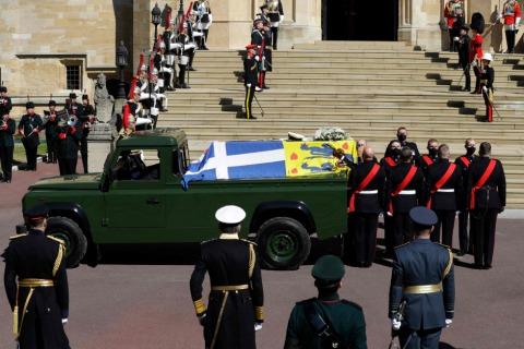 In dem Land Rover, den Prinz Philip einst mitgestaltet hatte, wurde sein Sarg zur St. George's Kapelle überstellt | Credit: KIRSTY WIGGLESWORTH / AFP / picturedesk.com