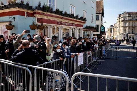 Rund um Windsor Castle fanden sich zahlreiche Menschen ein, um Prinz Philip zu gedenken | Credit: TOLGA AKMEN / AFP / picturedesk.com
