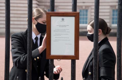 Die offizielle Mitteilung zum Tod von Prinz Philip am Tor des Buckingham Palastes | Credit: IAN WEST / AFP / picturedesk.com