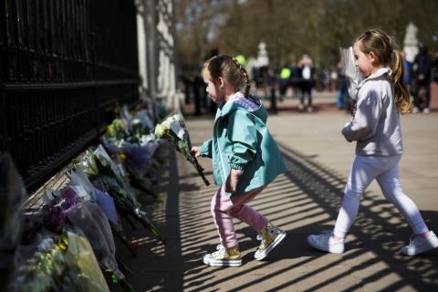 Kinder legen Blumen für Prinz Philip nieder | Credit: HENRY NICHOLLS / REUTERS / picturedesk.com