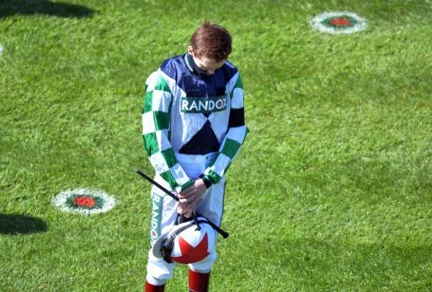 Der Jockey Sam Twiston-Davies bei seiner Gedenkminute für Prinz Philip | Credit: PETER POWELL / REUTERS / picturedesk.com