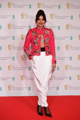Die Farbe Schwarz dominierte bei der BAFTA 2021, nicht so bei Priyanka Chopra Jones | Credit:  Ian West / PA / picturedesk.com