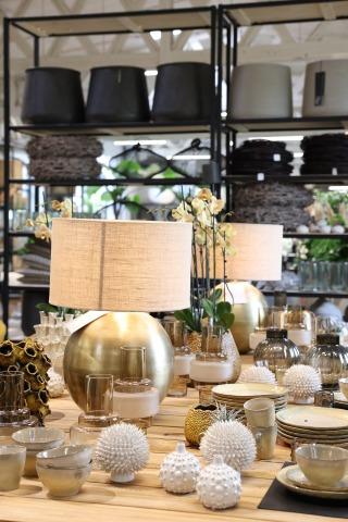 Lampen und Dekoartikel auf einem Tisch