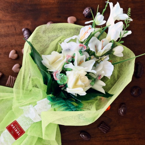 Kleines Blumenbouquet mit Konfektion Heindl
