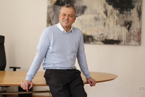 Der Klagenfurter Stadtrat Max Habenicht vor dem Tisch in seinem Büro