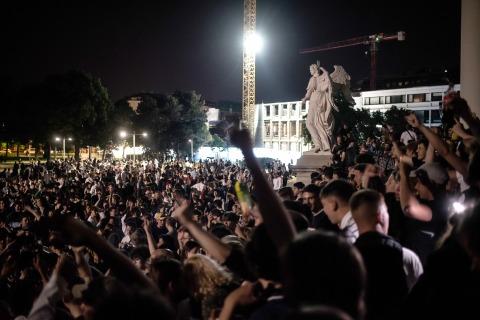 Nächtlicher Karlsplatz mit Menschenmenge