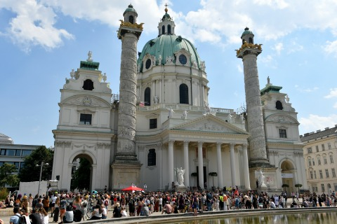 Menschenansammlung vor der Karlskirche, tagsüber