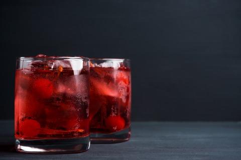 2 Gläser mit Cherry Whisky Cocktail