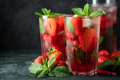 Zwei Gläser mit Erdbeer-Mojito