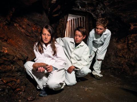 Kinder auf Entdeckungstour   Credit: Salzwelten/Bergauer