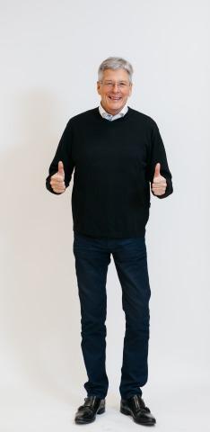 Landeshauptmann Peter Kaiser in sportlicher Pose mit zwei Daumen nach oben