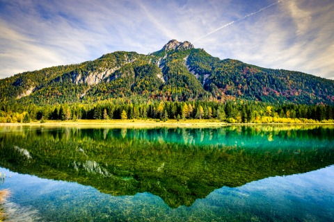 Der smaragdgrüne Pillersee vor einer bewaldeten Bergkulisse