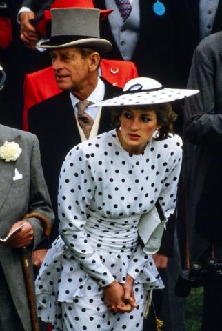 Lady Diana in einem gepunkteten blauen Kleid mit Hut