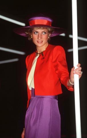 Lady Diana in einem roten Blazer