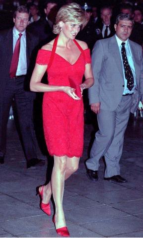Diana in einem roten Kleid