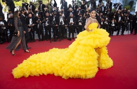 Instagram-Star Farhana Bodi in einem gelben Kleid