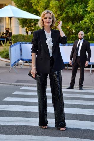 Schauspielerin Eva Herzigová am Weg zu einer Party in Cannes