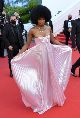 Model Didi Stone in einem rosa Kleid