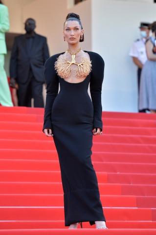 Supermodel Bella Hadid in einer schwarzen Robe