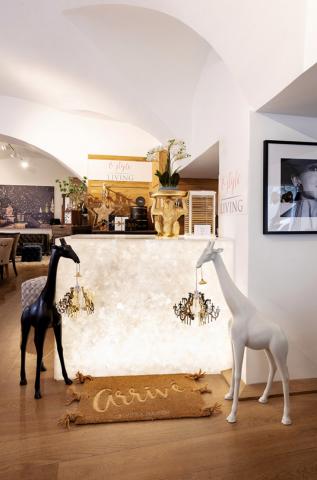Zwei hüfthohe Giraffen in weiß und schwarz als Deko