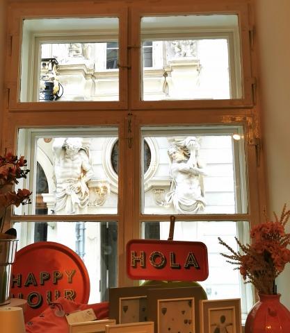 Blick aus dem Fenster auf die Barockfassade gegenüber