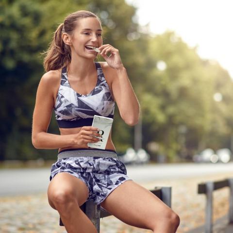 Frau probiert das Verkostungspaket von myLine | Credit: AENGUS Ernährungskonzepte GmbH