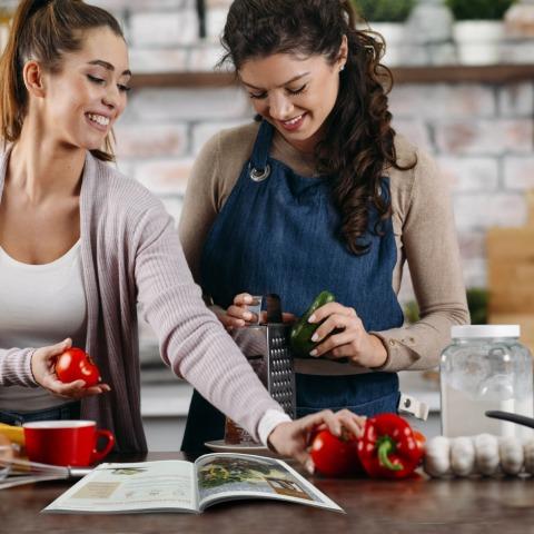 Zwei junge Frauen kochen Rezept aus dem Kochbuch von myLine nach | Credit: Aengus Ernährungskonzepte GmbH