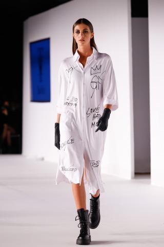 Model in einem weißen Kleid