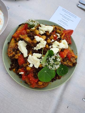 Ein Gericht aus Melanzani und Tomaten