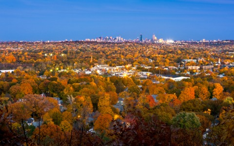 Herbstliches Stadt-Panorama von Boston im Licht der Dämmerung   Credit: iStock.com/CraigStocks
