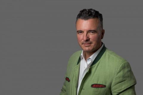 Porträtfoto des Klubobmanns der FPÖ-Kärnten, Gernot Darmann, in einem Blazer im Trachtenstil