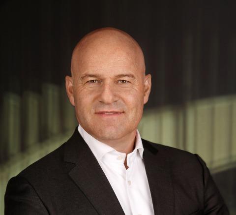 Rechtsanwalt Alexander Todor-Kostic, der mit einem schwarzen Sakko über einem weißen Hemd vor einer Wendeltreppe steht