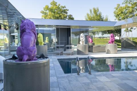Der Pool mit den Löwen aus Stein