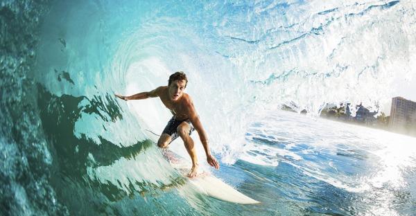 Video: So fühlt es sich an, durch Riesenwelle zu surfen!