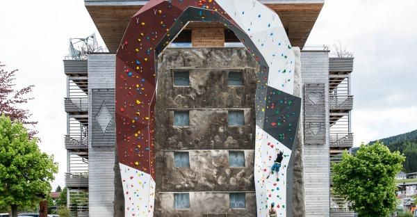 Salzburger Hotel verschenkt große Outdoor-Kletterwand