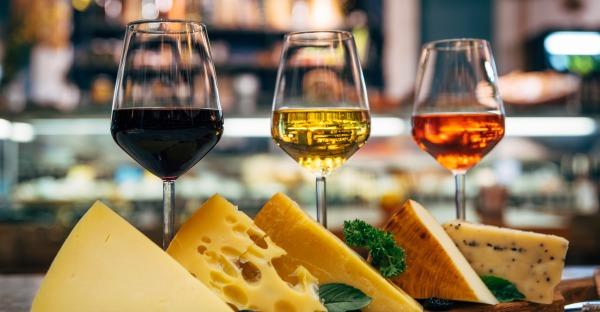 Was trinkt man zu Käse?