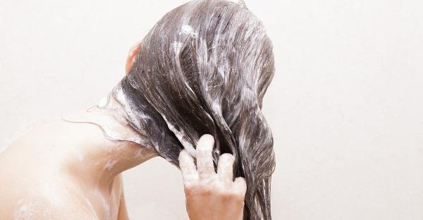 Haarseife oder festes Shampoo: Was ist der Unterschied (und was ist besser)?